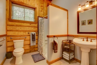 Abner's Retreat Handicapped Accessible Bathroom A